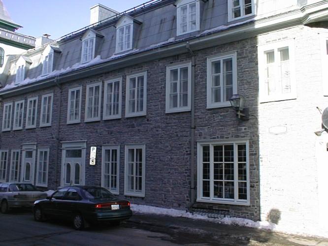 Fenêtres ouvrantes coulissantes en quatre sections vers l'intérieure.