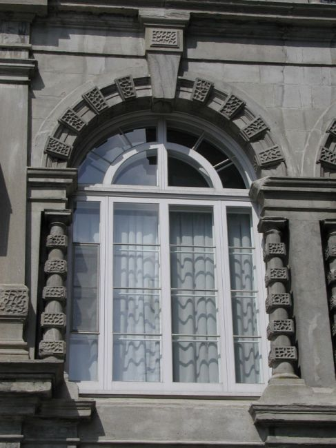 Portes et fenêtres de type traditionnel, en bois, tel que le modèle existant.