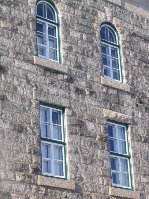 Fenêtres et contre-fenêtres de type traditionnel,en bois, tel que le modèle existant.